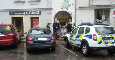 Městská policie města Vrchlabí ignoruje pravidla silničního provozu, botičkuje auta na volných parkovištích