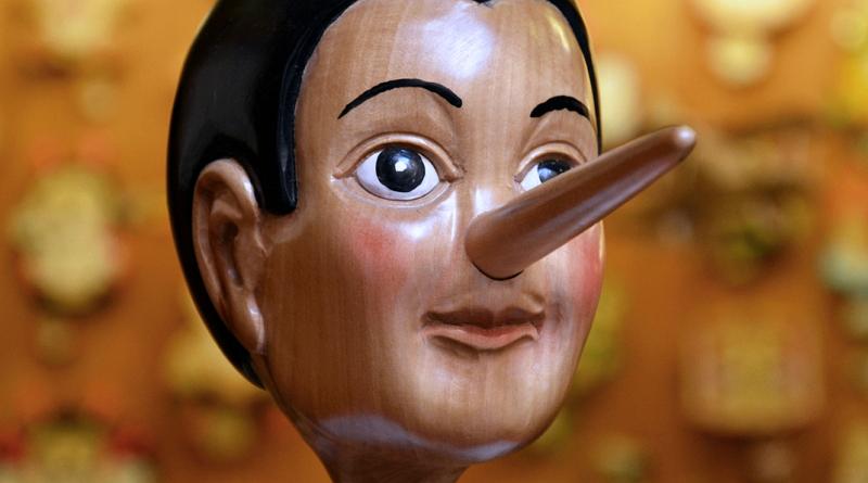 Dřevěná figurka s dlouhým nosem