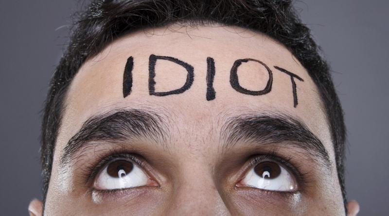 Muž s textem IDIOT na čele